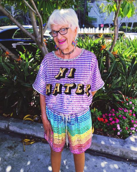 派手な年配女性の写真